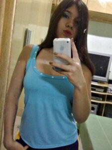 Hermosa teen posando frente al espejo desnuda (5)